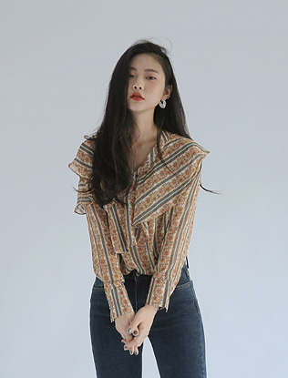 Ruffled Collar Printed Blouse